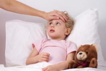 Как лечить ребенка, если болит горло и имеется температура?